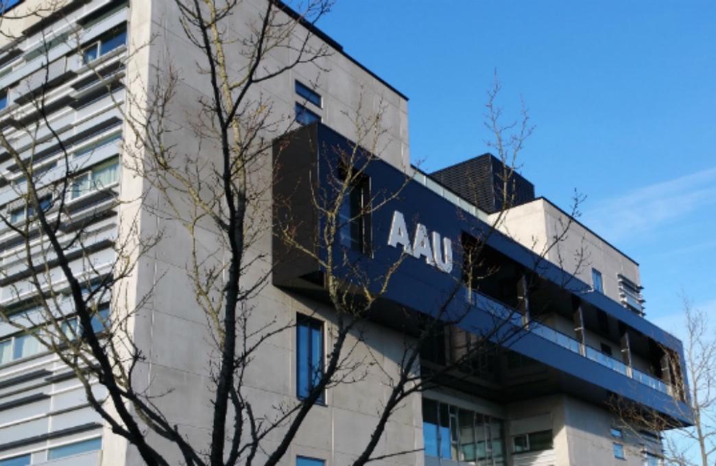 Aalborg Universitet skal spare 67 millioner kroner. Pengene findes blandt andet ved at nedlægge 107 stillinger. Flere frygter, det vil forringe undervisning og forskningsmuligheder.